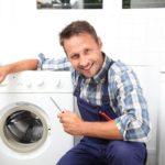 Мастер устанавливает, ремонтирует стиральную машину